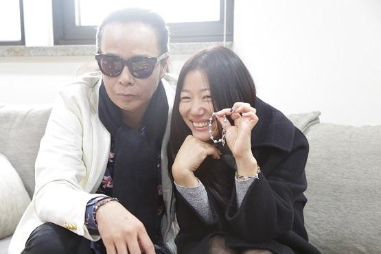 Hàn Quốc: Một cặp vợ chồng làm tràng chuỗi Mân Côi để giúp đỡ người khuyết tật