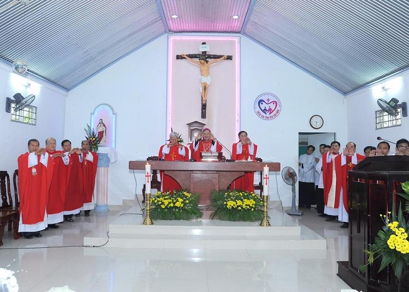 Họ đạo Tiên Thủy : Thánh Lễ ban bí tích Thêm Sức và thánh hiến Bàn Thờ