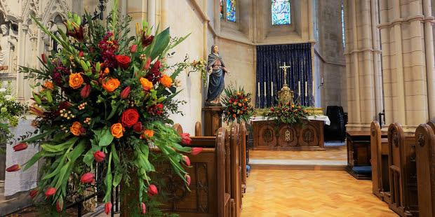 Hoa có một vai trò quan trọng trong Thánh Lễ