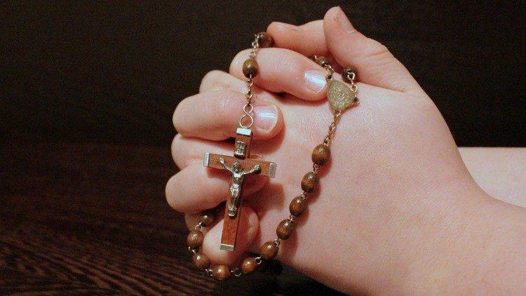 Một tỷ kinh Mân Côi cầu nguyện cho các linh mục