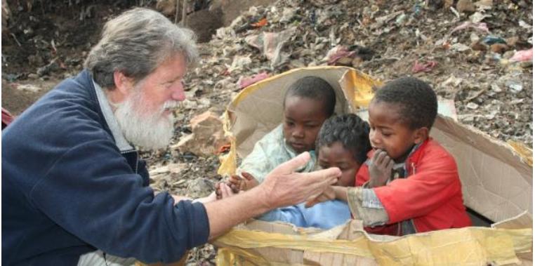 Loan Báo Tin Mừng: Linh Pedro Opeka, xây một ngôi làng từ một bãi rác