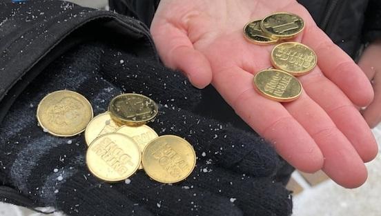 Một đồng tiền địa phương cho người nghèo ở một khu phố Québec, Canada