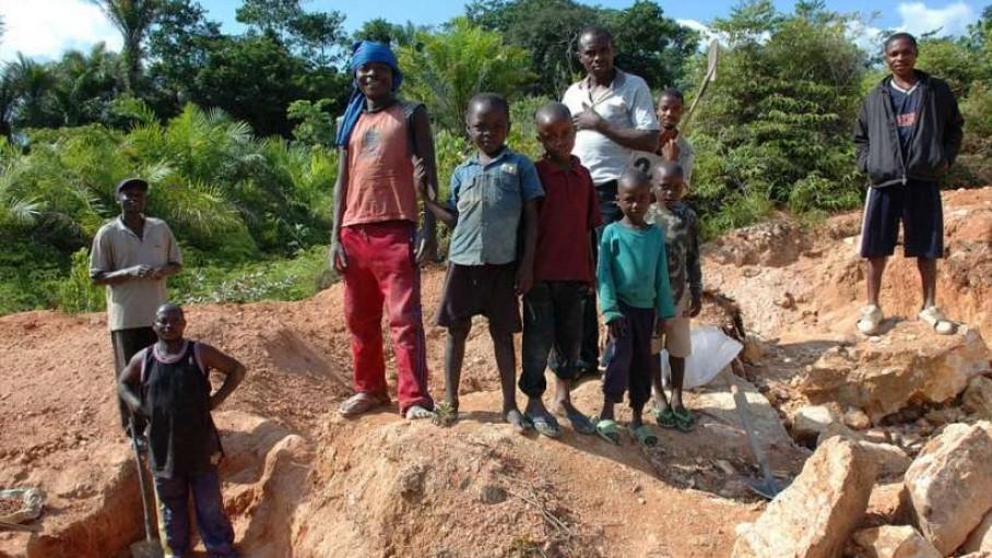 Một linh mục thừa sai Mỹ cứu các trẻ em Congo khỏi nô lệ tại các hầm mỏ