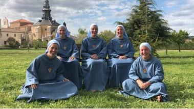 Năm chị em gia nhập cùng một dòng tu trong hai năm