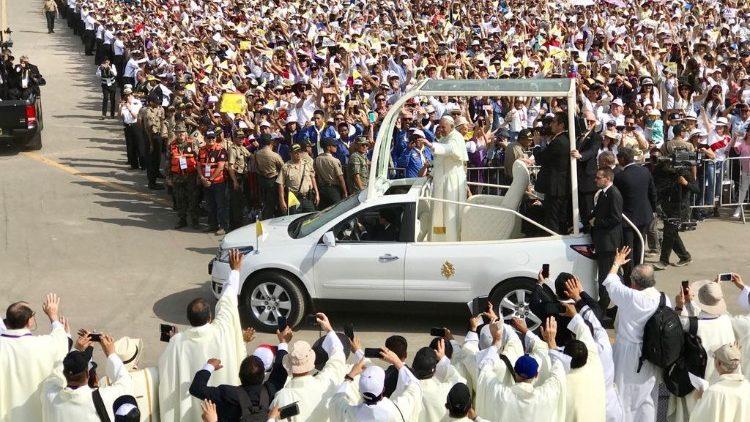 """Những chiếc """"papamobile"""" – xe mui trần của các Giáo hoàng"""