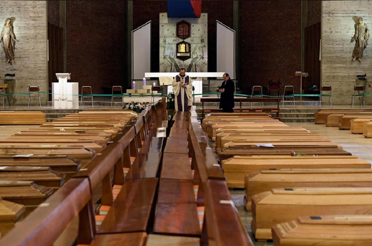 Nỗi buồn của các linh mục Ý trước hàng dài những quan tài