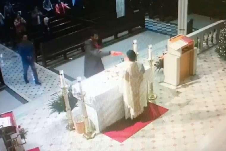 Phạm thánh nghiêm trọng ngay khi linh mục truyền phép trong thánh lễ Chúa Nhật tại New York