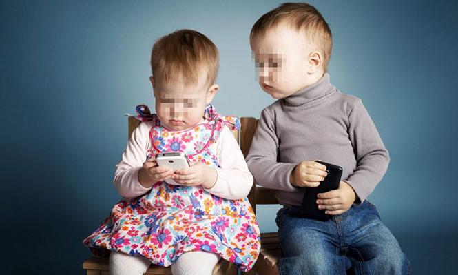 Nhiều bố mẹ trông con bằng… điện thoại di động