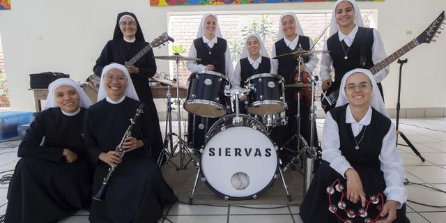 Siervas, các nữ tu nhạc rock trinh diễn trong ngày JMJ ở Panama