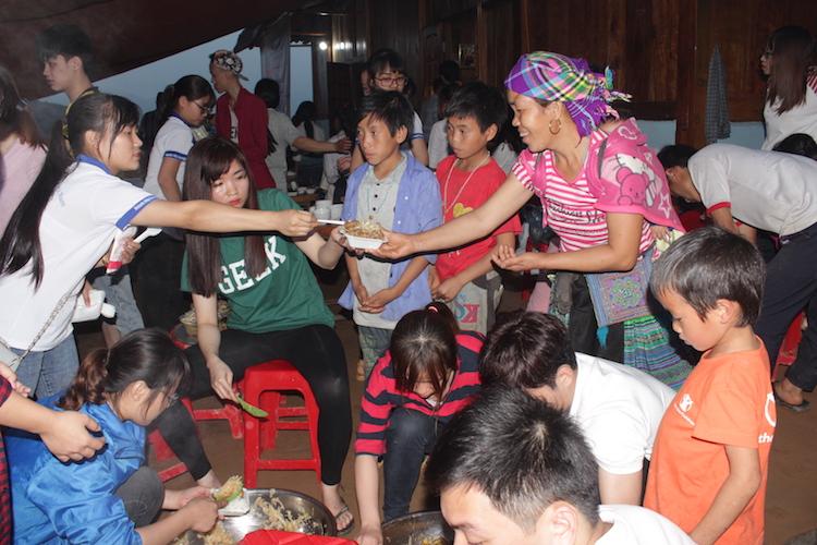 Sinh viên Công giáo đem niềm vui đến cho người Hmong