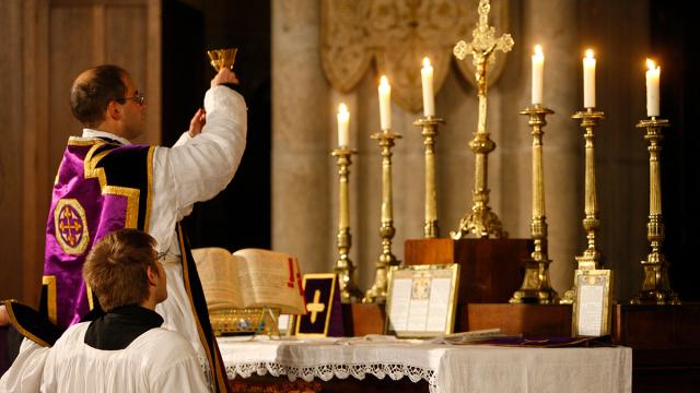 """Sự khác biệt giữa """"Thánh lễ Latin"""" và """"Thánh lễ bằng tiếng Latin"""" là gì?"""