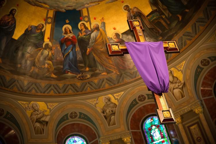 Tại sao lại che đi tượng thánh ảnh thờ?