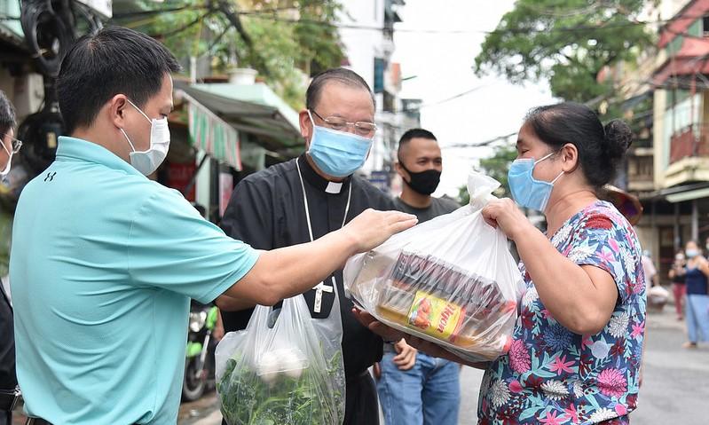 TGP Hà Nội: Đức TGM Giuse cùng giáo xứ Hàm Long chia sẻ thực phẩm thiết yếu giữa đại dịch Covid-19