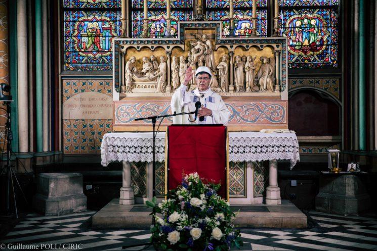 Thánh lễ đầu tiên được dâng ở Nhà thờ Đức Bà hai tháng sau vụ hỏa hoạn