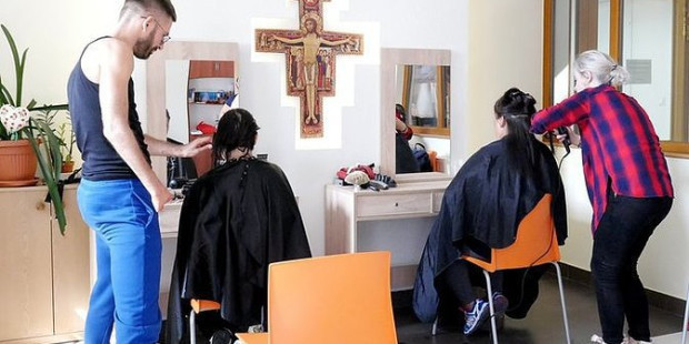 Thợ cắt tóc và các người trang điểm phục vụ cho người nghèo nhất