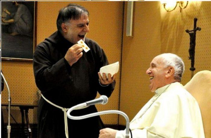 Tu sĩ Dòng Capuchin làm ảo thuật lừa bài, Đức Phanxicô và… tiếng cười