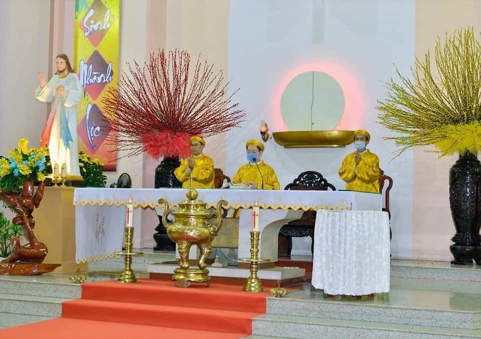 Vài nhận định về việc Linh mục mặc áo truyền thống dâng lễ