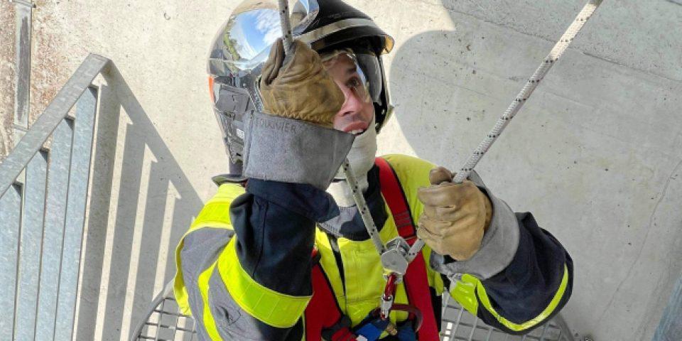 Vị linh mục 30 tuổi cũng là một lính cứu hỏa tình nguyện
