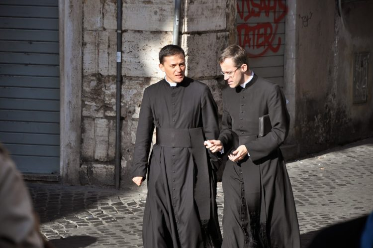 Vì sao linh mục mặc áo đen