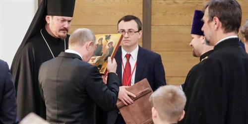 Vì sao Tổng thống Vladimir Putin hôn các ảnh tượng?