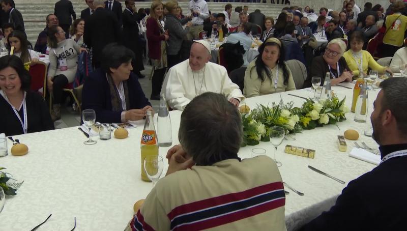 ĐGH Phanxicô dẫn 4.000 người vô gia cư vào Thánh Lễ và mời họ ăn trưa