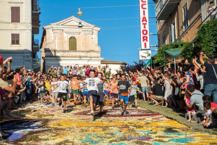 Truyền thống tuyệt đẹp của thành phố thảm hoa Genzano