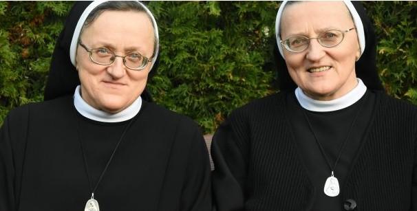 Xa cách nhau, hai chị em sinh đôi gặp nhau trong cùng một Dòng